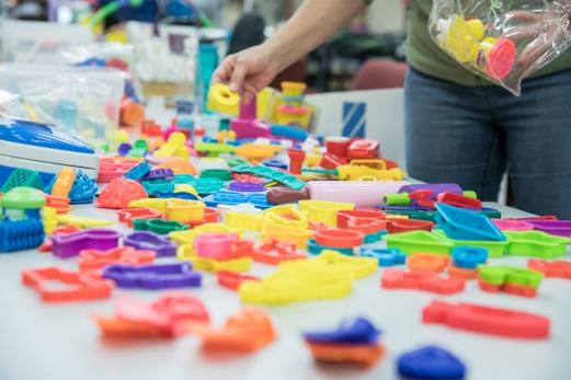 Une bénévole trie des jouets avant le nettoyage
